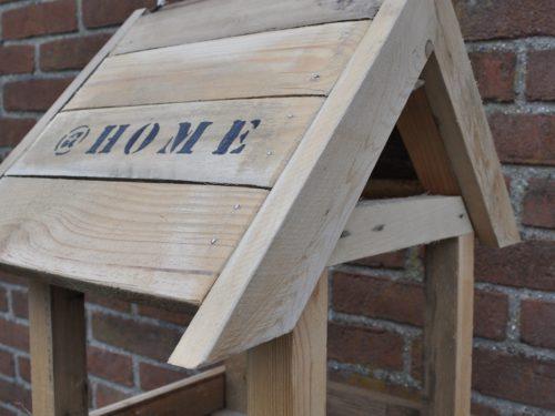 zelfgemaakt vogelhuisje van hout