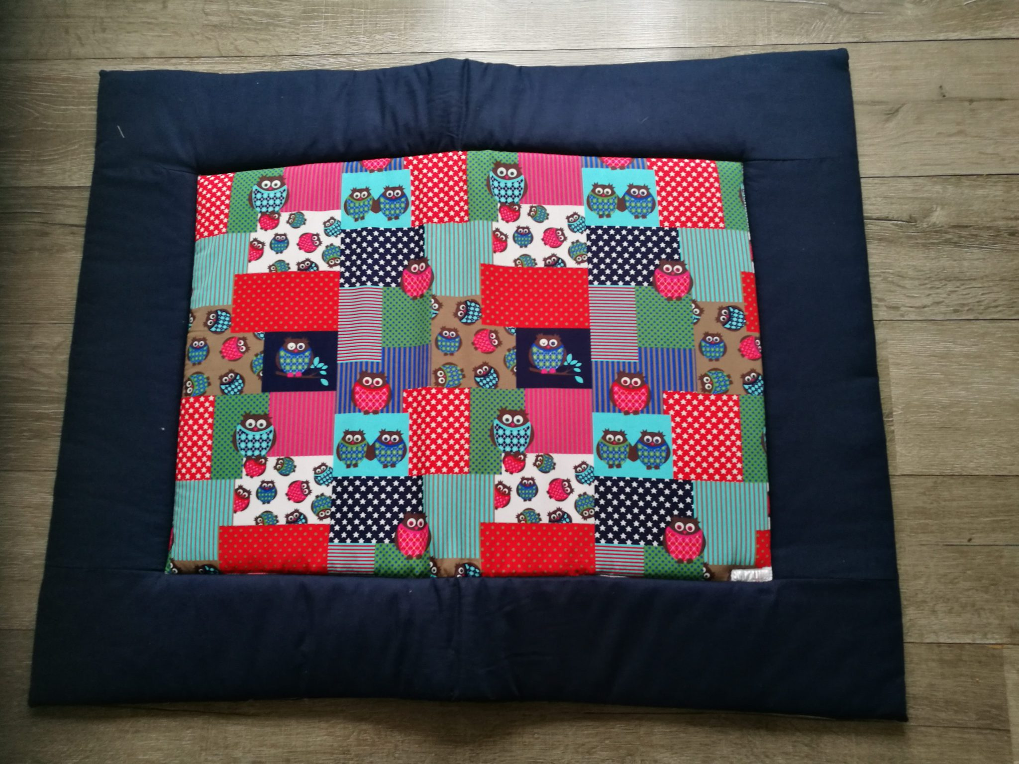7bc0ba73617 Boxkleed Uil blauw - rood quilt / rand donkerblauw