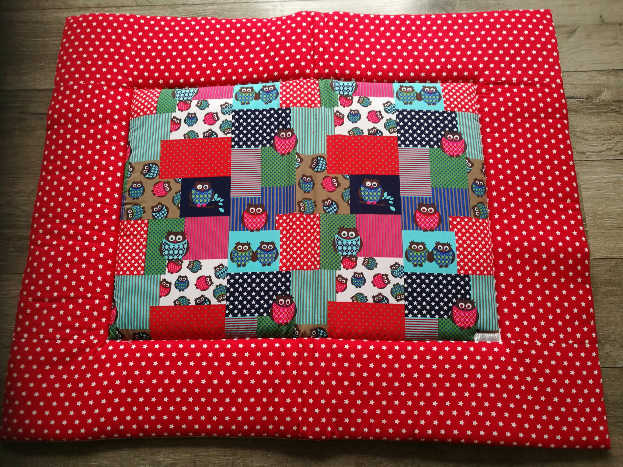 c10b0743de6 Boxkleed Uil blauw - rood quilt / rand rode ster