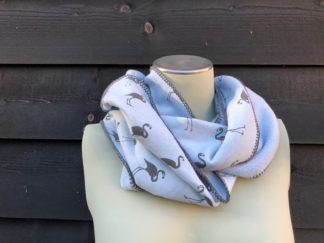 zelfgemaakte warme, fleece sjaal in de kleur licht blauw