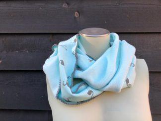 zelfgemaakte warme, fleece sjaal in de kleur mint groen