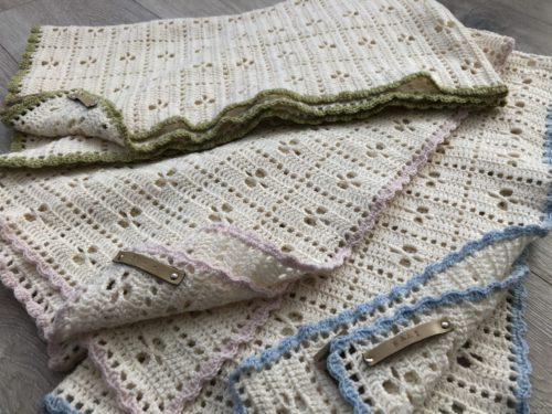 zelf gehaakte baby dekentje creme met gekleurd randje