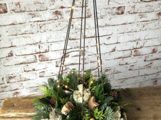 Kerst workshop, Kerststuk zelf maken, DIY, Doe-het-zelf, punt kerstboom met lichtjes, kerstgroen, kerstpakket