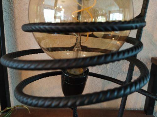 Detail industriële tafellamp 'Sorajoso' mat zwart staal
