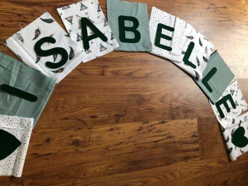 Handgemaakte slingers, vlaggenlijn met naam, unieke naamvlag, naamslinger, katoenen vlaggetjes, stoffen slinger met naam, geboorteslinger, zelf samenstellen, wit, groen, turquoise, veertjes, hartjes