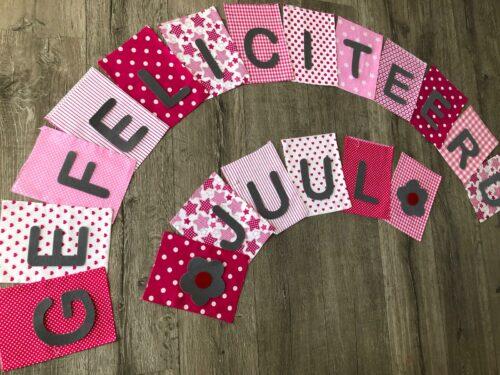 Handgemaakte slingers, vlaggenlijn met naam, unieke naamvlag, naamslinger, katoenen vlaggetjes, stoffen slinger met naam, geboorteslinger, zelf samenstellen, roze, grijs, wit, rood, bloem