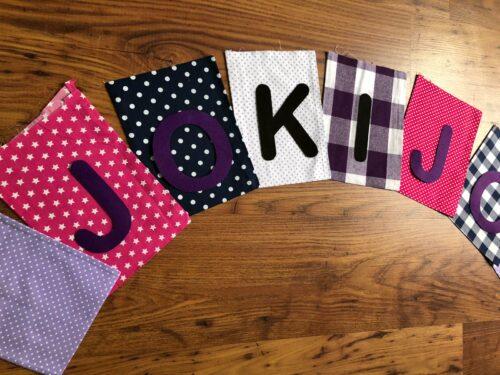 Handgemaakte slingers, vlaggenlijn met naam, unieke naamvlag, naamslinger, katoenen vlaggetjes, stoffen slinger met naam, geboorteslinger, zelf samenstellen, vrolijk, roze, wit, paars, zwart, lila