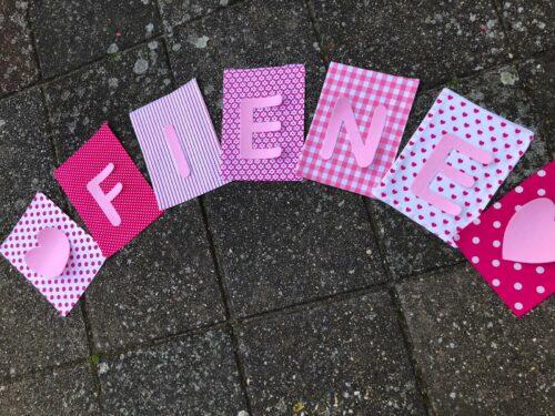 Handgemaakte slingers, vlaggenlijn met naam, unieke naamvlag, naamslinger, katoenen vlaggetjes, stoffen slinger met naam, geboorteslinger, zelf samenstellen, roze, wit, hartjes