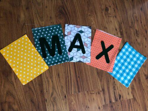 Handgemaakte slingers, vlaggenlijn met naam, unieke naamvlag, naamslinger, katoenen vlaggetjes, stoffen slinger met naam, geboorteslinger, zelf samenstellen, vrolijk, geel, blauw, wit, oranje, zwart