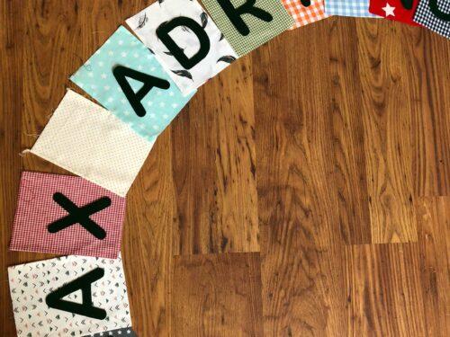 Handgemaakte slingers, vlaggenlijn met naam, unieke naamvlag, naamslinger, katoenen vlaggetjes, stoffen slinger met naam, geboorteslinger, zelf samenstellen, multicolor, vrolijk, zwarte vilten letters, diverse prints
