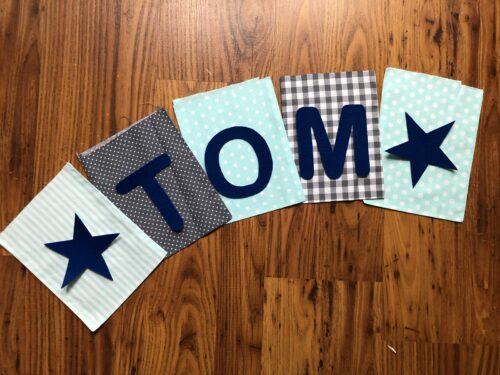 Handgemaakte slingers, vlaggenlijn met naam, unieke naamvlag, naamslinger, katoenen vlaggetjes, stoffen slinger met naam, okergeel, grijs, ster, naamslinger baby, stof, geboorteslinger, zelf samenstellen, grijs, blauw, lichtblauw, ster