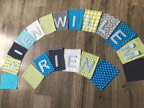 Handgemaakte slingers, vlaggenlijn met naam, unieke naamvlag, naamslinger, katoenen vlaggetjes, stoffen slinger met naam, okergeel, grijs, ster, naamslinger baby, stof, geboorteslinger, zelf samenstellen, blauw, groen, wit, grijs