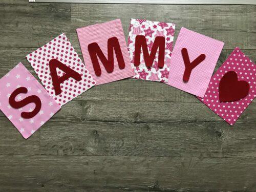 Handgemaakte slingers, vlaggenlijn met naam, unieke naamvlag, naamslinger, katoenen vlaggetjes, stoffen slinger met naam, geboorteslinger, zelf samenstellen, roze, rood, hartje