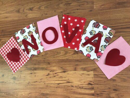 Handgemaakte slingers, vlaggenlijn met naam, unieke naamvlag, naamslinger, katoenen vlaggetjes, stoffen slinger met naam, geboorteslinger, zelf samenstellen, roze, wit, rood, uiltjes, hartjes