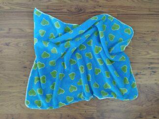 Babydekentje blauw met groene hartjes, warm, handgemaakt en uniek