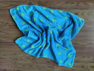 Babydekentje fleece blauw groene sterren, warm, handgemaakt en uniek
