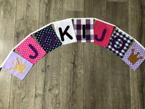 Handgemaakte slingers, unieke naamvlag, vlaggenlijn met naam, naamslinger, katoenen vlaggetjes, stoffen slinger met naam, paars, roze, wit, vilten letters, koon, goud