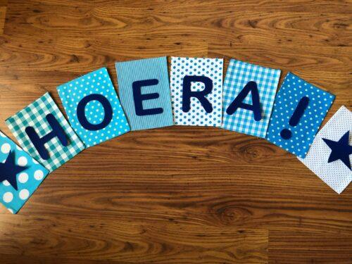 Handgemaakte slingers, unieke naamvlag, vlaggenlijn met naam, naamslinger, katoenen vlaggetjes, stoffen slinger met naam, blauw, lichtblauw, blauwtinten, ster, ruit, vilten letters