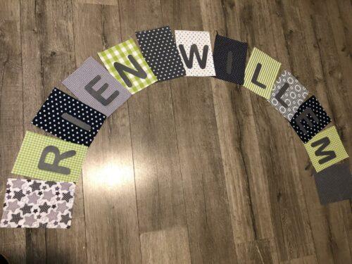 Handgemaakte slingers, unieke naamvlag, vlaggenlijn met naam, naamslinger, katoenen vlaggetjes, stoffen slinger met naam, grijs, groen, zwart, wit, ruit, ster, prints