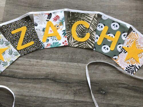 Handgemaakte slingers, unieke naamvlag, vlaggenlijn met naam, naamslinger, katoenen vlaggetjes, stoffen slinger met naam, jungle thema, okergeel, groen, palmbladeren, tijgerprint