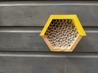 Bijenhotel, bijenhuisje, zeshoek, geel, hout, tuin