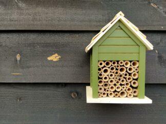 Bijenhuisje, bijenhotel, donkergroen, hout, tuin